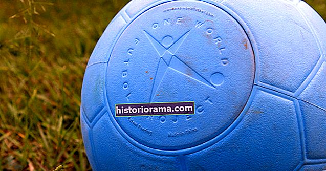 Jak vyrobíte nezničitelný fotbalový míč? Začínáte s Crocs…