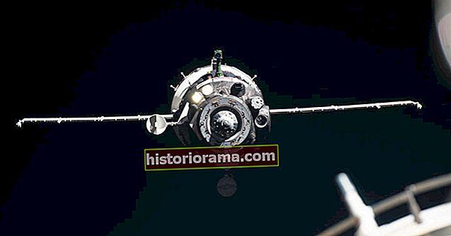 Podívejte se na rekordní astronautku Christinu Kochovou, jak se ve středu vrací na Zemi