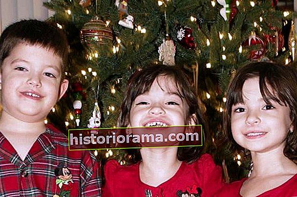 Rodinné portréty kolem vánočního stromku byly dokonalé