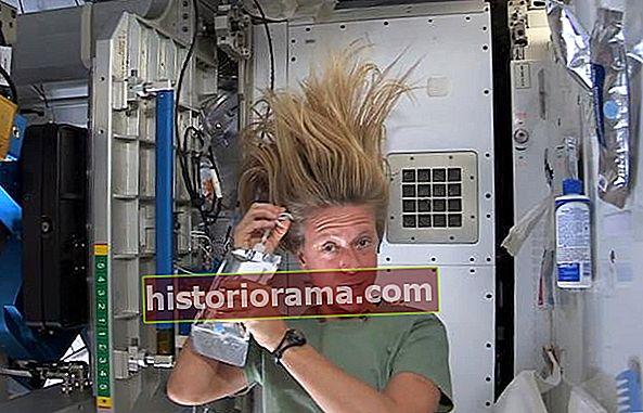 Відео ISS про те, як мити волосся в космосі, виявляється враженим серед користувачів YouTube